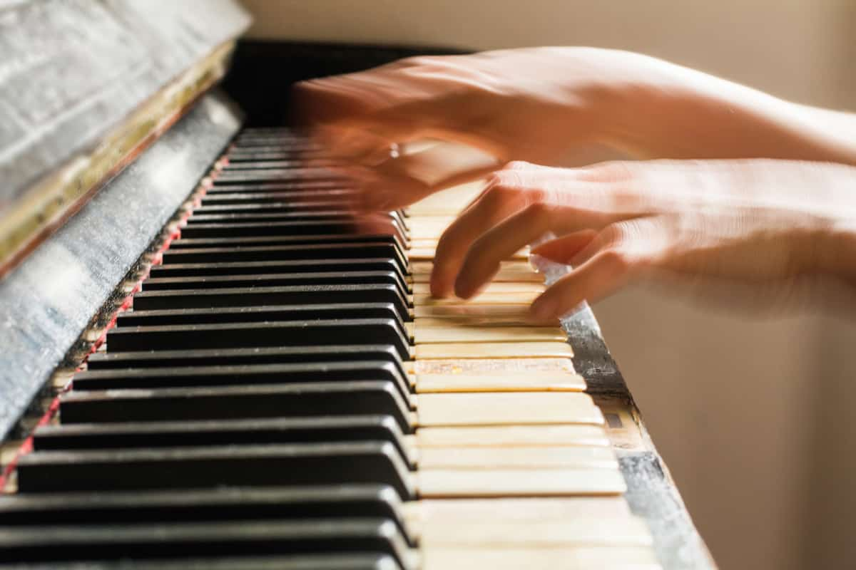 pianist play piano fast